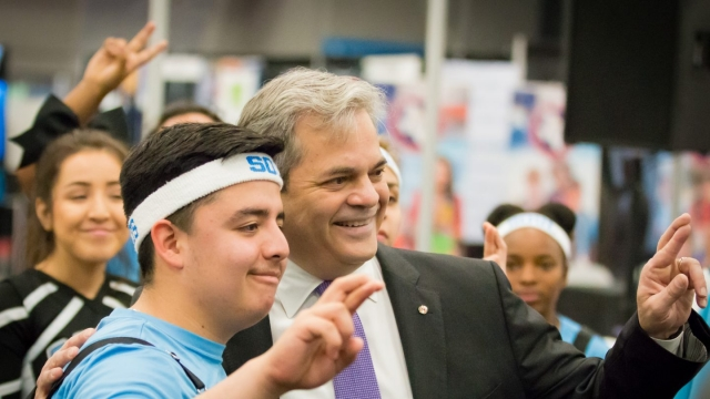 Austin Mayor Steve Adler meeting with students in the SXSW EDU 2018 Learning Expo. Photo by Bob Johnson.